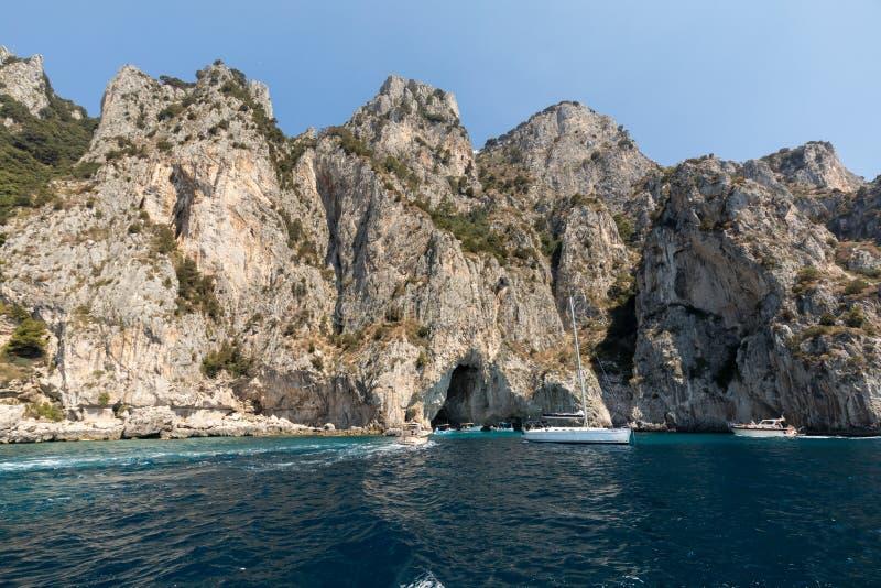 Ön av Capri är ett mycket pittoreskt, frodigt, och utöver det vanliga läge i Italien som är berömd för dess höjdpunkt, vaggar arkivfoto