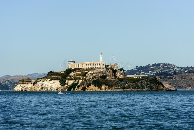 Ön och det Alcatraz fängelset från pir 39 i San Francisco arkivfoton