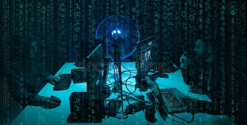 Önskade en hacker som kodifierar virusransomware genom att använda bärbara datorer och datorer Cyberattack, systemavbrott och mal stock illustrationer