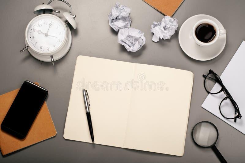 Öppen anteckningsbok med tomma sidor arkivfoton