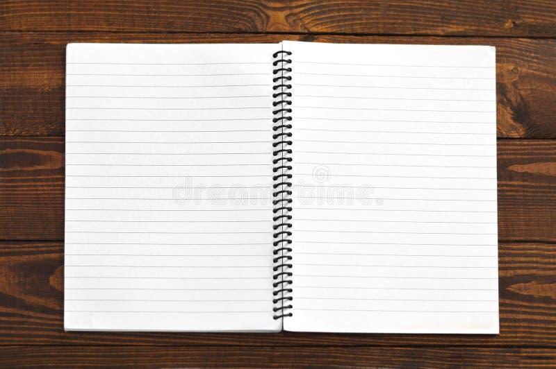 Öppen anteckningsbok med tomma sidor royaltyfria bilder