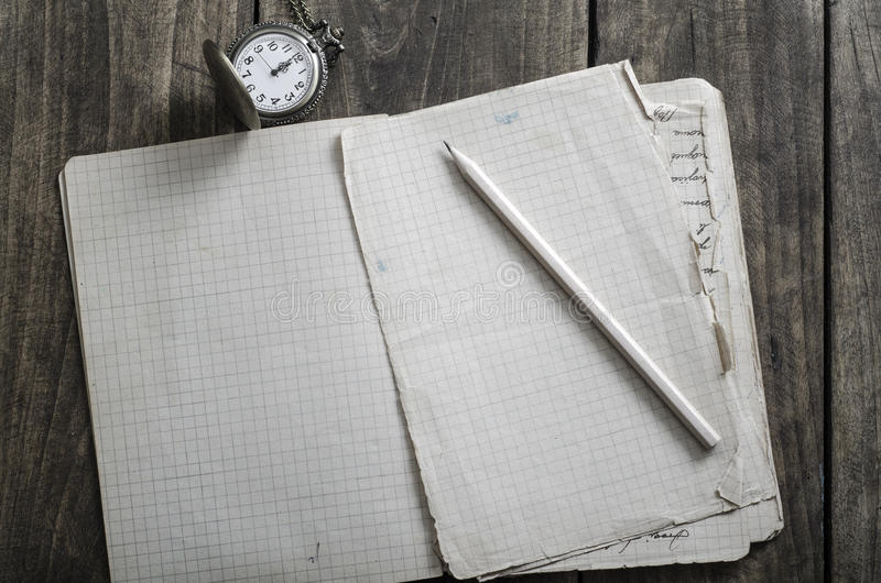 Öppen anteckningsbok, penna och rova på den lantliga trätabellen royaltyfria bilder