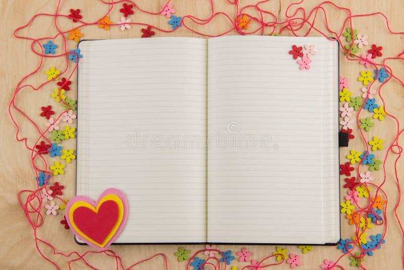 Öppen anteckningsboksidaneedlewoman med knappar, tråd, blommor och fotografering för bildbyråer