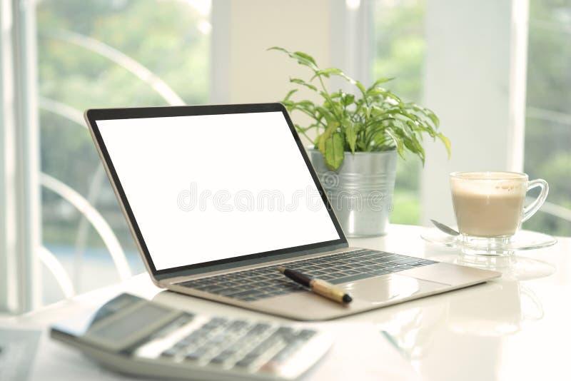 Öppen bärbar dator och tom skärm för modellmallannonsering royaltyfria foton