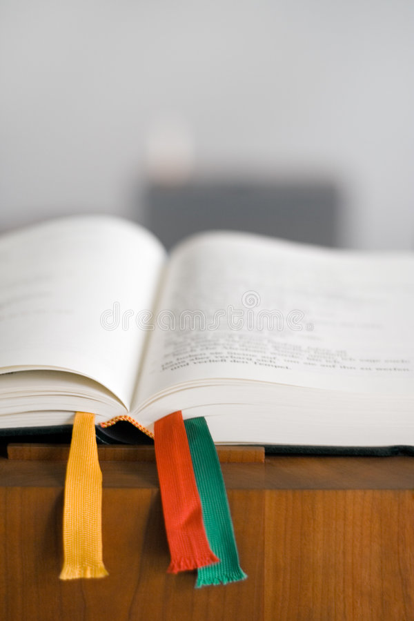 öppen bibelkonsol royaltyfri bild