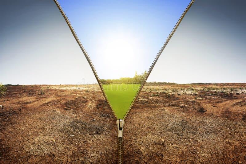 Öppen blixtlås som visar landskapet för torrt land som ändrar till grön landla royaltyfri fotografi