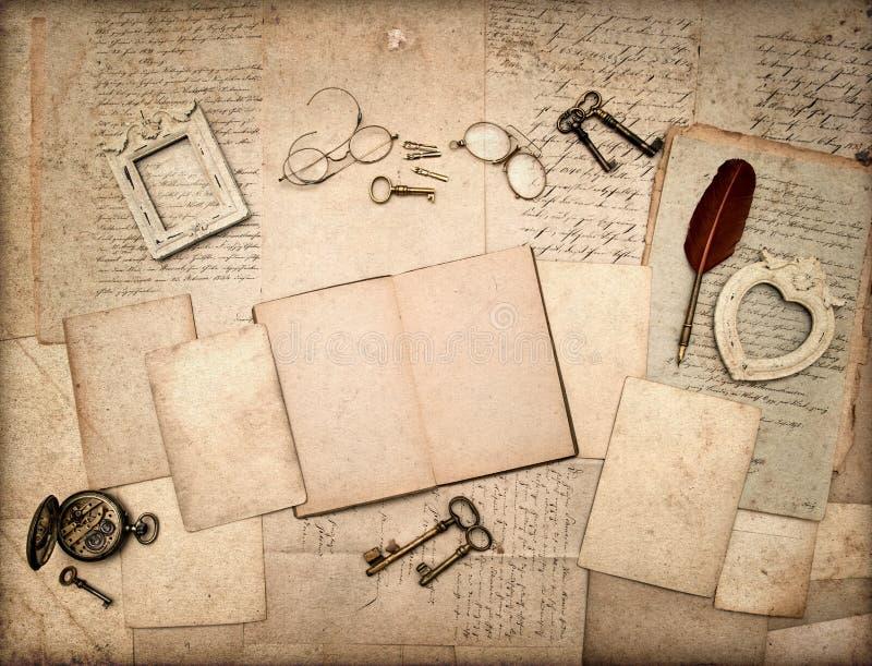 Öppen bok, antik tillbehör för tappning, bokstäver royaltyfri fotografi