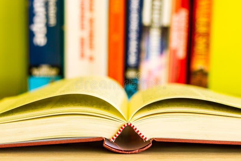 Öppen bok, bunt av färgrika inbunden bokböcker som isoleras på vit bakgrund tillbaka skola till Kopiera utrymme för text tonad bi royaltyfria bilder