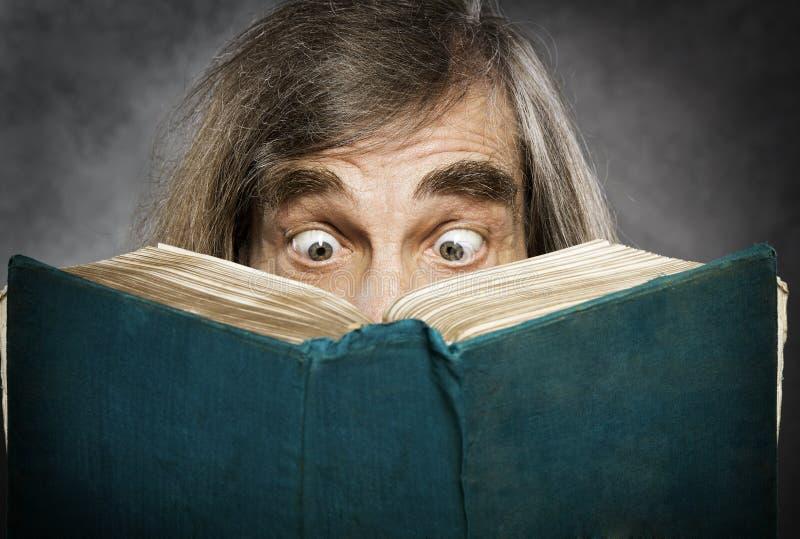 Öppen bok för hög läsning, förvånad gamal man, amazi royaltyfri bild