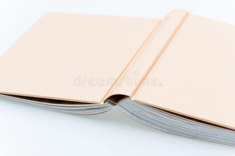 Öppen bok för singelbrunt arkivbilder