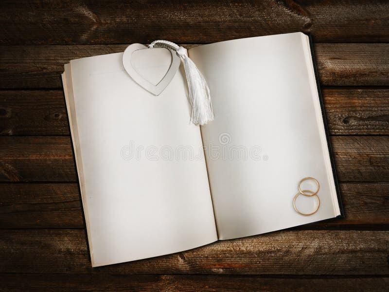 öppen bokbokmärkehjärta fotografering för bildbyråer