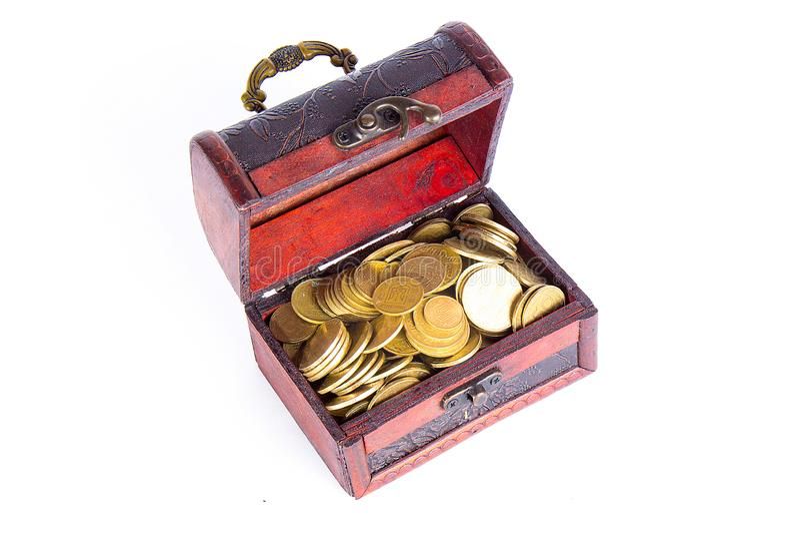 Öppen bröstkorg med mynt som isoleras på vit bakgrund royaltyfria bilder