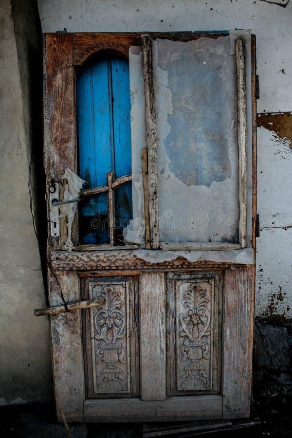 öppen dörr arkivfoton