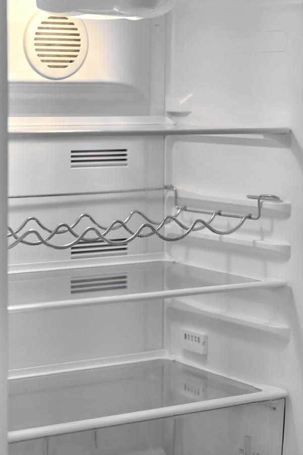 Öppen dörr av det moderna kylskåpet med tomma hyllor royaltyfri foto