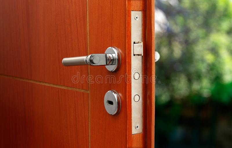 Öppen dörr av ett familjhem Närbild av låset en bepansrad dörr arkivbild