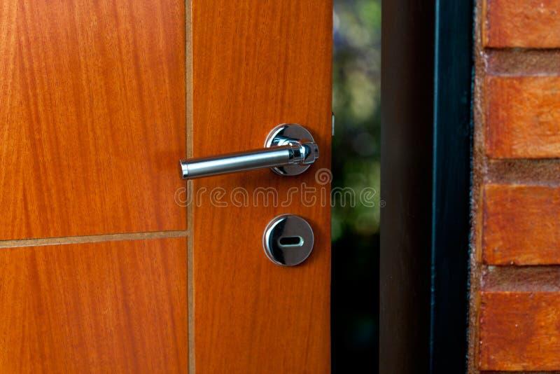Öppen dörr av ett familjhem Närbild av låset en bepansrad dörr arkivfoto