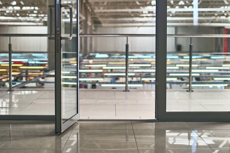 Öppen dörr i det moderna kontoret eller köpcentrum med bokehbakgrund arkivfoton