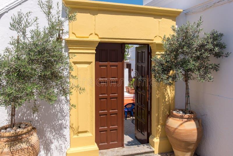 öppen dörr Lindos Rhodes, Grekland arkivbild