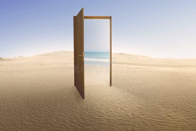 Öppen dörr med tillträde till stranden från öken royaltyfri foto