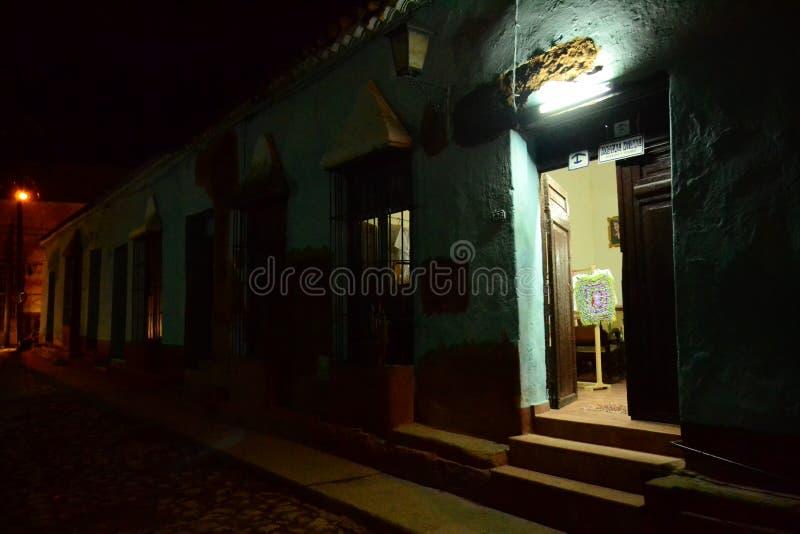Öppen dörr på en mörk gata cuba trinidad fotografering för bildbyråer