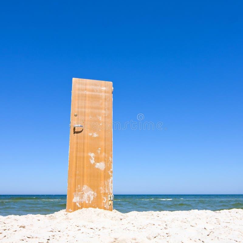 Öppen dörr som sätter på land och som slösar havet fotografering för bildbyråer