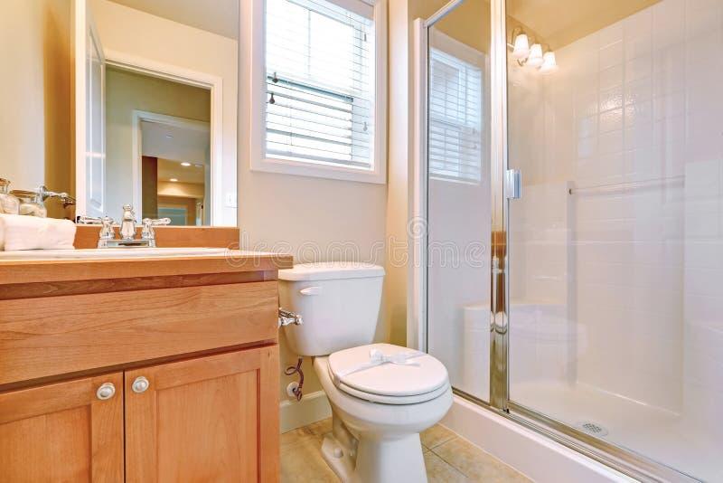 Öppen dörr till i svit ett badrum arkivbilder