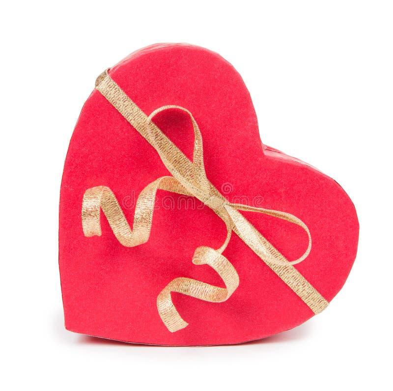 Öppen gåvaask i hjärtaform med pilbågen royaltyfria bilder