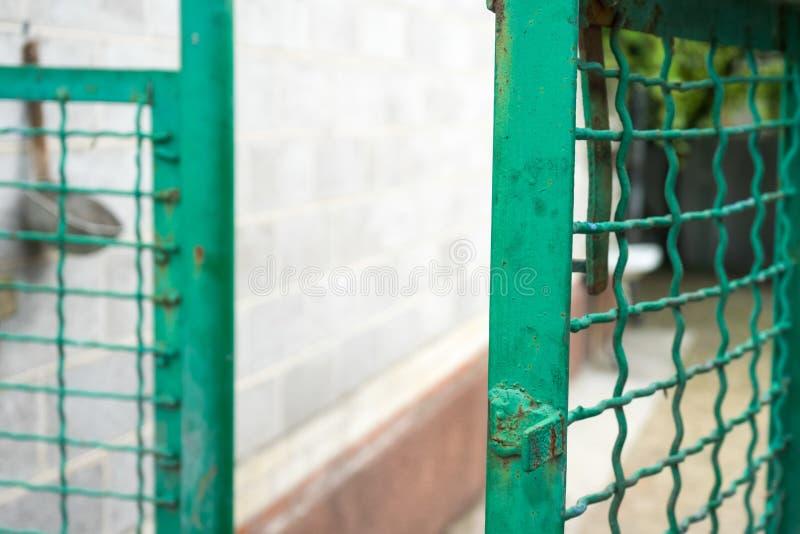 Öppen grön port och staket för svetsat ingrepp royaltyfri foto