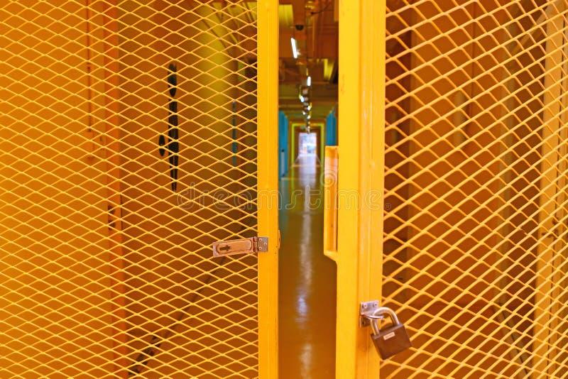 Öppen gul gallerståldörr arkivbilder