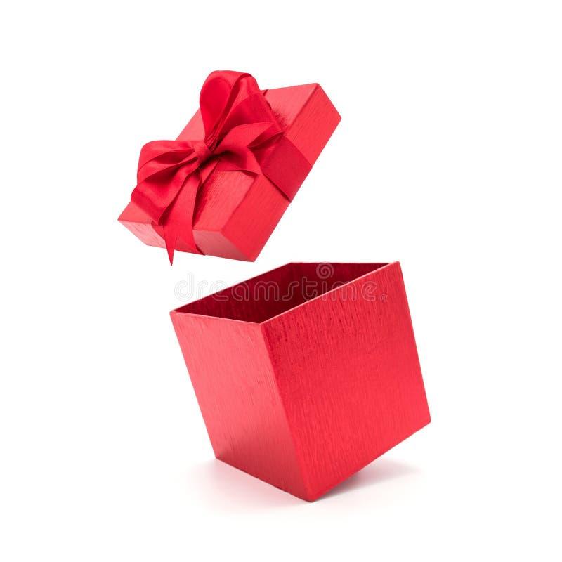 Öppen härlig röd gåvaask med bandet royaltyfri bild