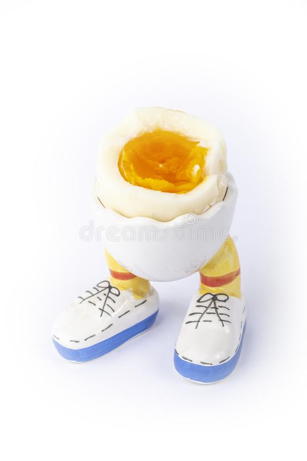Öppen halva för kokt ägg med benisolaten arkivbilder