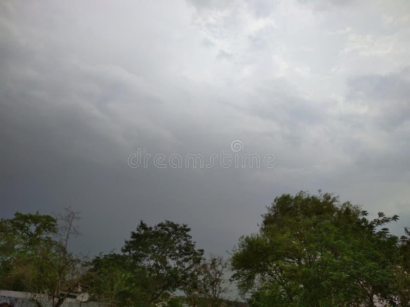 Öppen himmel med moln i Indien royaltyfri bild