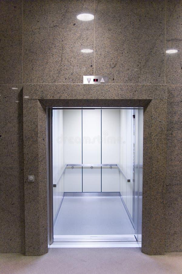 öppen hiss arkivfoton