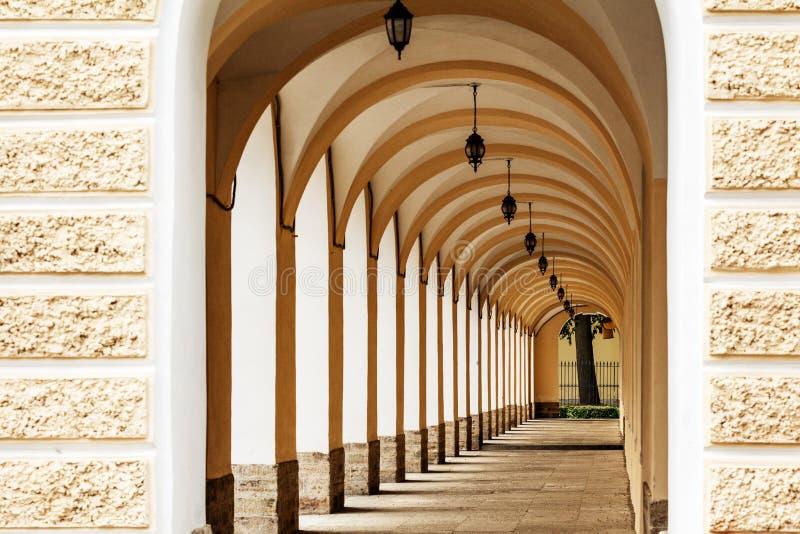 Öppen kolonnad med gallerier - Novobirzhevoy Gostiny Dvor, St Petersburg royaltyfri fotografi