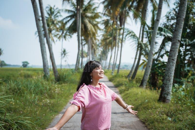 Öppen kvinna hennes tycka om för arm som är utomhus- under sommardag arkivfoto