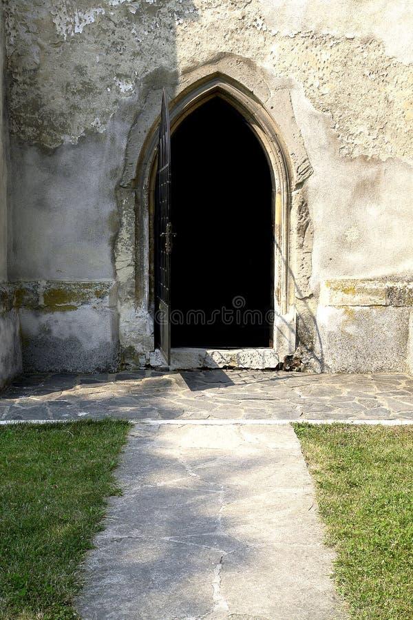öppen kyrklig dörr fotografering för bildbyråer
