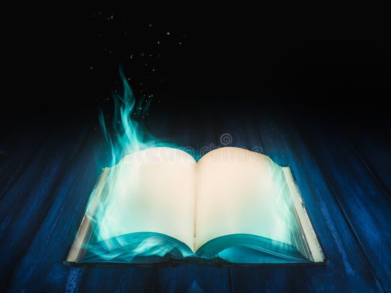 Öppen magisk bok på atable royaltyfri fotografi
