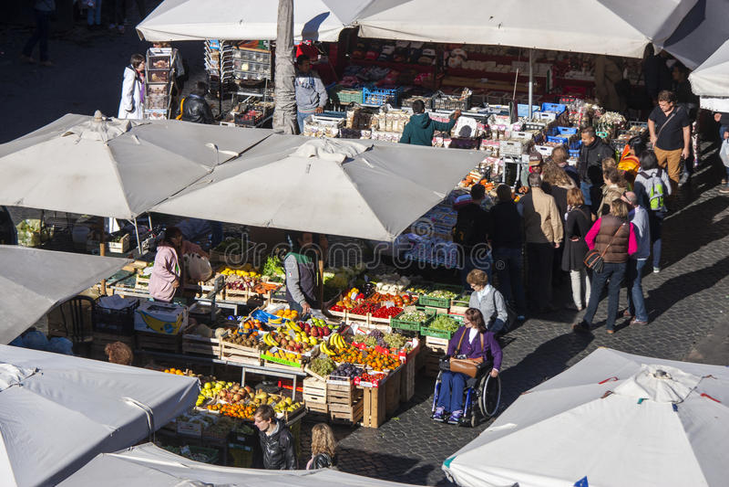 Öppen marknad i Rome - Campo de Fiori arkivbild