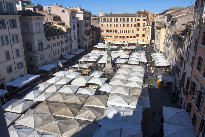 Öppen marknad i Rome - Campo de Fiori royaltyfri foto