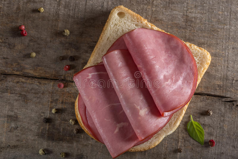 Öppen nötköttsmörgås arkivbild