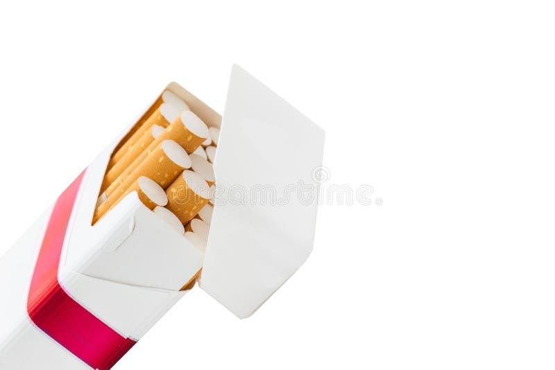 Öppen röd packe av cigaretter som isoleras på vit arkivfoto
