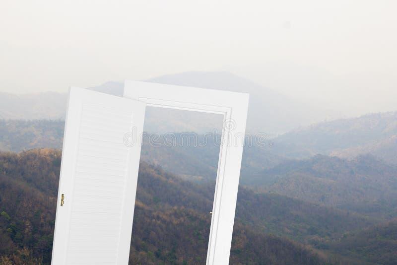 Öppen ram för vitt fönster med moutainbakgrund arkivfoton