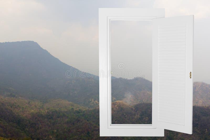 Öppen ram för vitt fönster med moutainbakgrund royaltyfri fotografi
