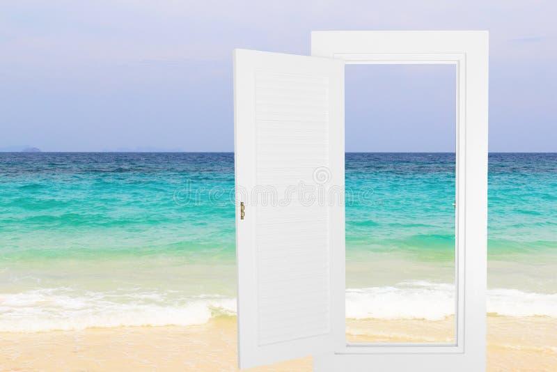 Öppen ram för vitt fönster med strandbakgrund arkivbild