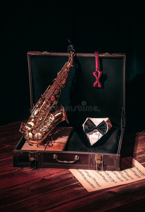 Öppen resväska för saxofontappning royaltyfria foton