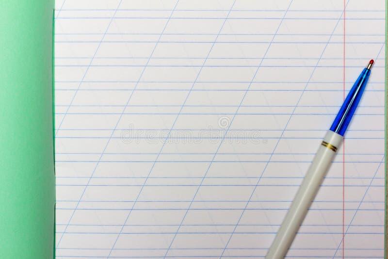 Öppen skolaanteckningsbok i en smal linje med ett snedstreck för att lära upp stavningsåtlöje med den kopieringsutrymme och kulsp royaltyfri fotografi
