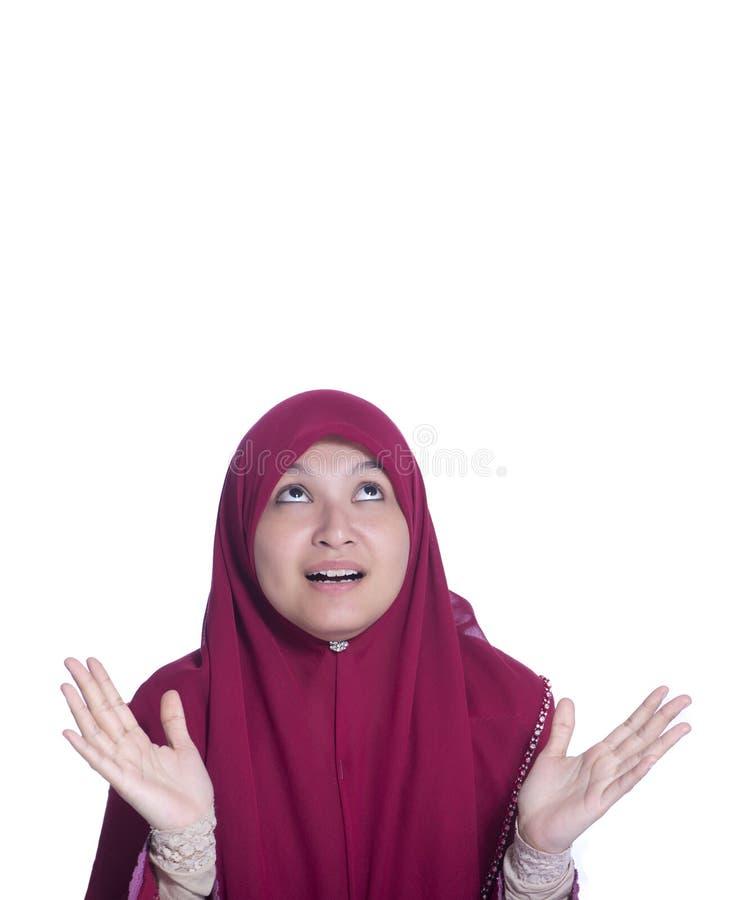 Öppen-skvallrad närbildstående av den förvånade härliga muslimflickan och Över vitbakgrund arkivbilder