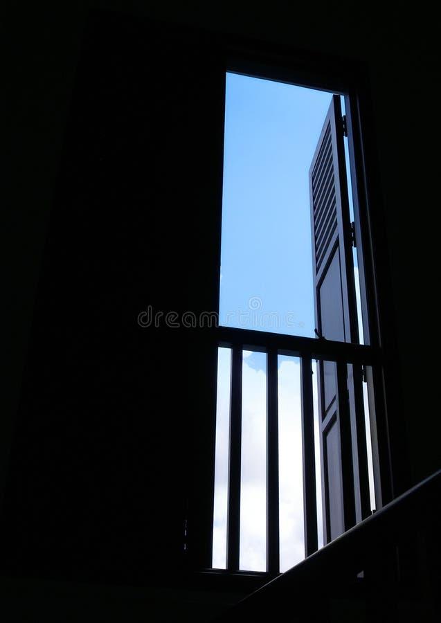 öppen sky för blue till fönstret arkivfoton