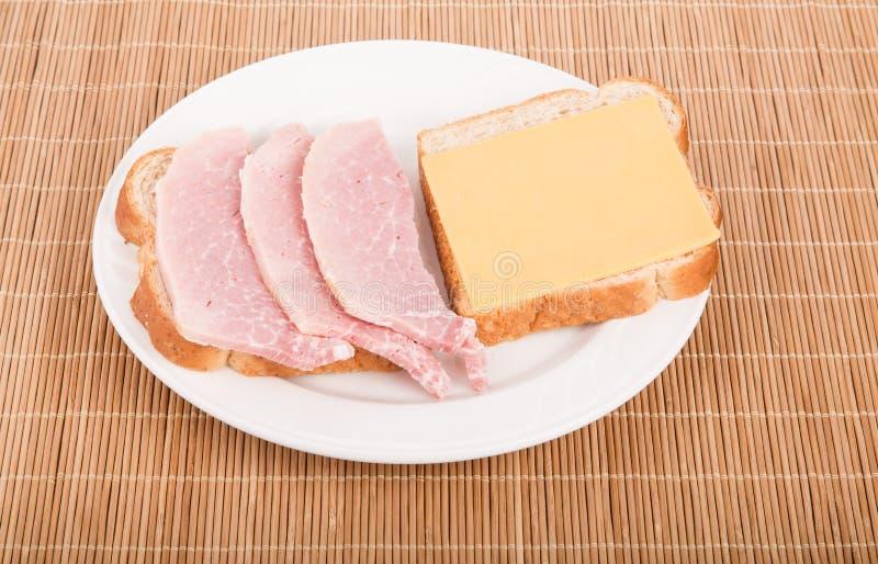 Download Öppen Smörgås Av Skivad Skinka- Och Cheddarost Fotografering för Bildbyråer - Bild av smörgås, platta: 37349303