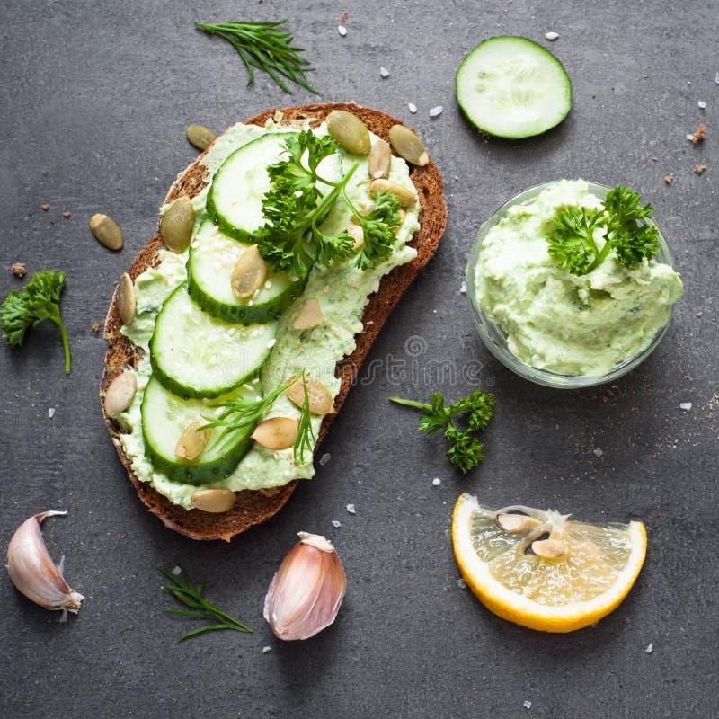 Öppen smörgås med ricotta arkivbild